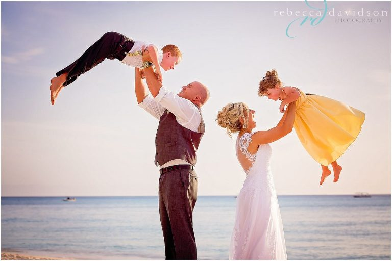 parents_woth_kids_at_their_wedding
